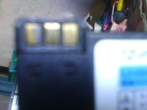 Polaritas Baterai HP kiri +, kanan -, tengah abaikan.